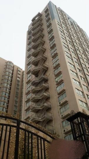 郑州一19层楼外挂楼梯 住户:看一眼就两腿发抖