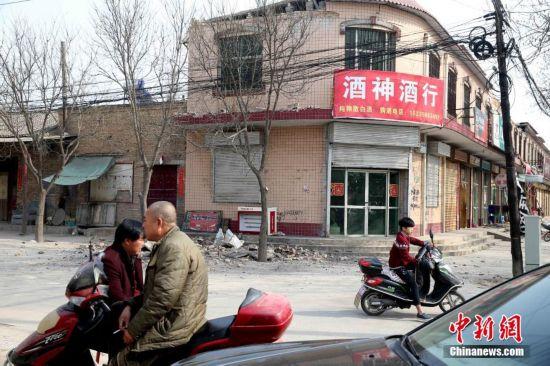 12日,山西省运城市盐湖区,房屋和门面房因为地震受损.   摄-山西