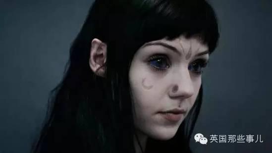 英国女孩为了变美:削耳朵割舌头皮肤成为太空精灵