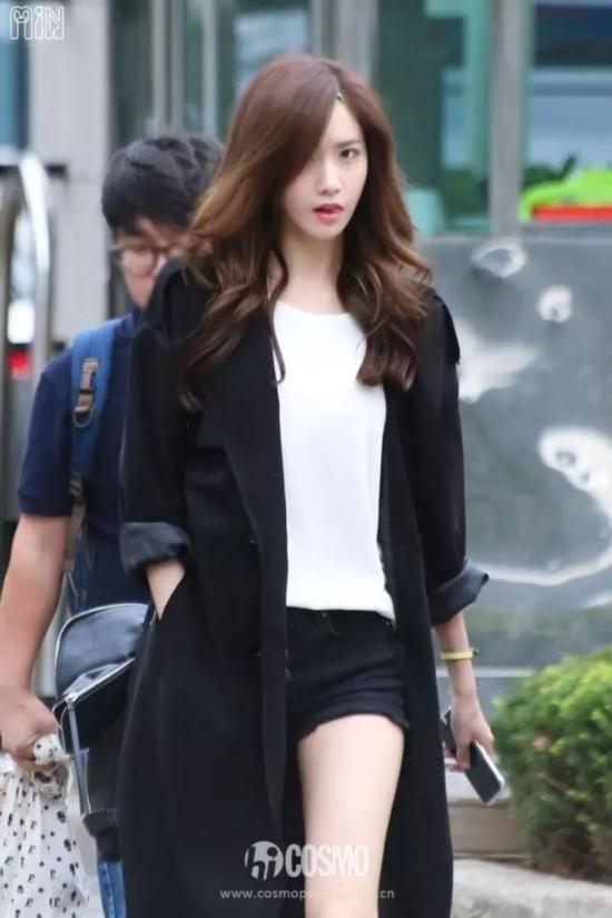 K5:长款风衣搭配黑色短裤和白Tee,简约的黑白配非常经典.-林允