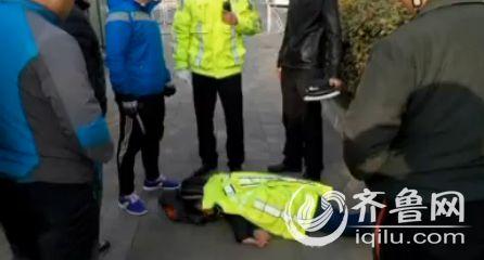 执勤交警脱下制服为女孩保暖(视频截图)