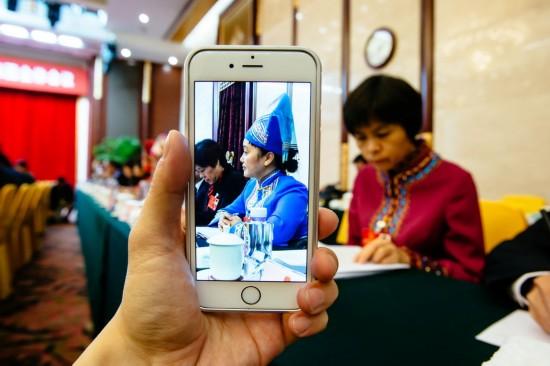 3月8日拍摄的十二届全国人大四次会议广西代表团全体会议。 新华社记者张铖摄