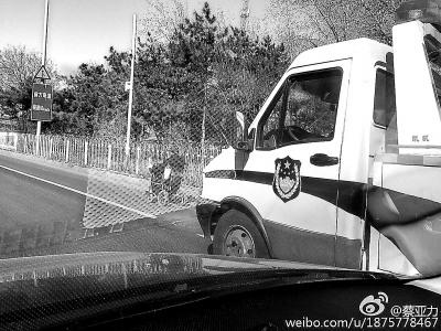 """老人開電動輪椅上二環主路警車為其""""護航""""(圖)"""
