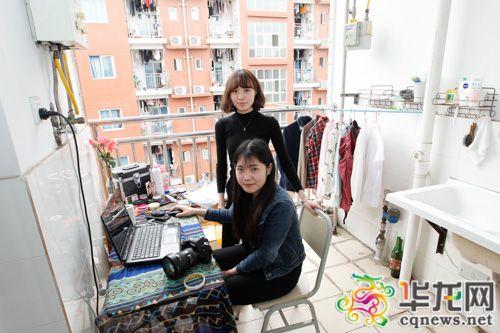 周雅如(前)和熊秋月的拍照作业室开在了女生睡房阳台上。
