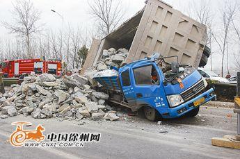 徐州轿车失控死亡石块砸扁气缸两车视频侧翻司机v轿车货车图片
