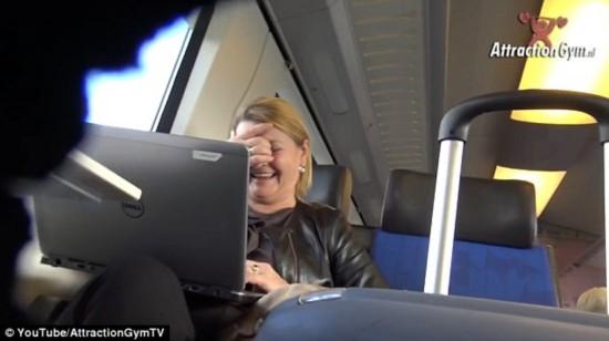 色情播播91删除_组图:实拍火车上播放色情片,来看看大家的反应