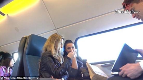 欧美色情片在线播放_组图:实拍火车上播放色情片,来看看大家的反应
