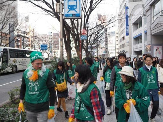 日本人难忍巴黎脏乱差 组团打扫卫生