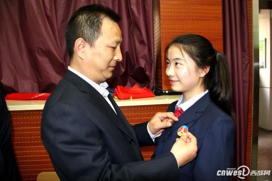 西安一中学办成人礼 家长陪孩子一起跨过 成人