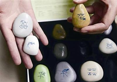 他还通过互联网,把20多吨用纽扣废料打造成的创意鹅卵石工艺品销