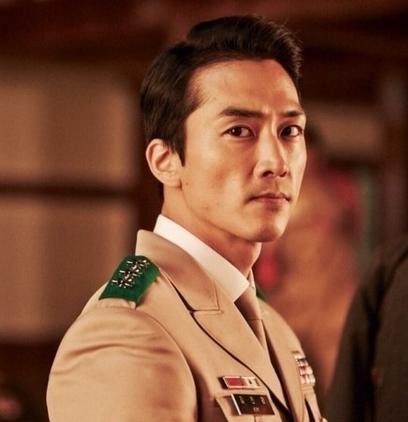 军报谈太阳的后裔 最好的征兵广告 宋仲基领衔韩星军装造型图片