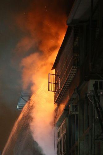台湾新北市火灾6人罹难朱立伦赶赴火场(图)