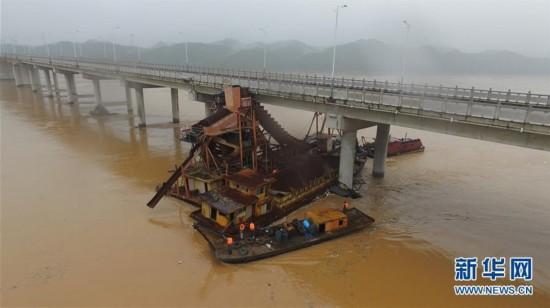 江西赣州暴雨致水位猛涨 采沙船被洪水冲走撞上大桥