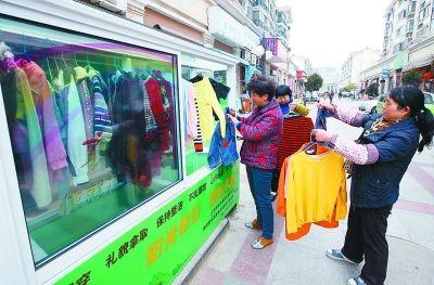 南京首个爱心衣橱落地试点 已被取走100多件