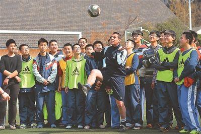 足球洋教头来教南京娃:中国孩子足球技巧不差