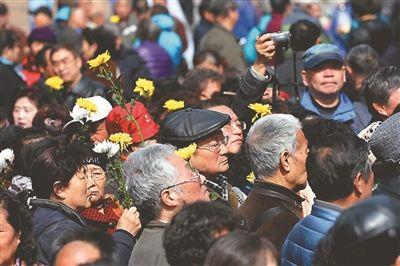 800余人在南京雨花台功德园祭扫早逝知青