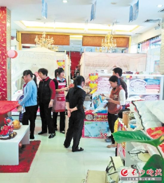目前,消费者很难从专业角度鉴别家纺市场上的产品质量。均为长沙晚报记者 张洋子 摄