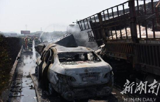 高速5車連撞起火 因霧天車距不夠導致事故