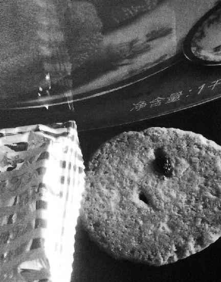 """小伙三次買餅干每次都""""吃""""到蒼蠅因敲詐獲刑"""