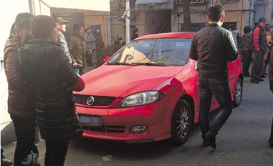 這輛紅色的車就是小趙的車,事發時停在小區裡。