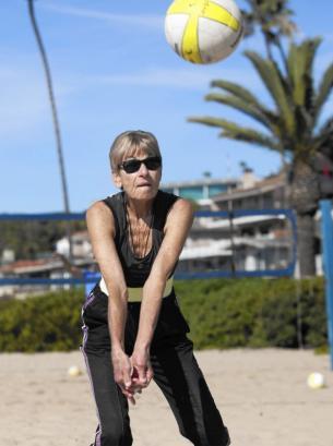 美國80歲奶奶打沙灘排球60年球技高超活力四射(圖)