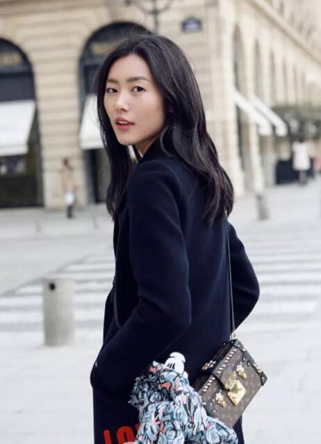没想到刘雯的包并不比唐嫣少