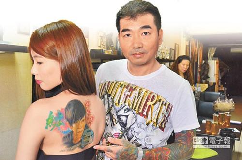 男友罹癌去世台湾女子将其肖像刺在背后(图)