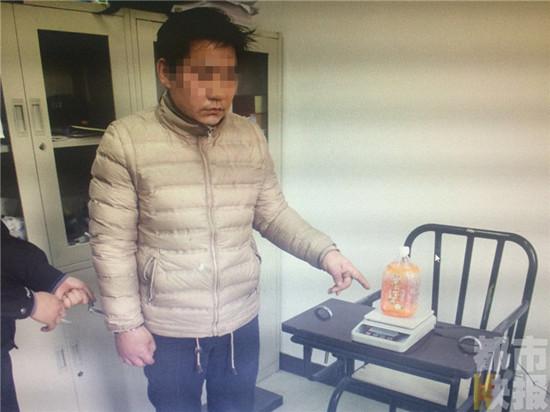 男子拿饮料瓶过高铁安检 瓶内藏毒品被警方拘