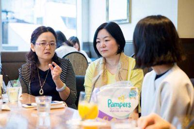 中国著名儿科医生夏凯莉女士在中日妈妈交流会上介绍纸尿裤吸收稀便能力强对新生宝宝的皮肤刺激更少