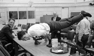 加拿大總理秀瑜伽照風靡網絡美媒:普京受挑戰