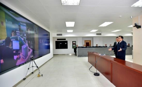 这是李克强在国家税务总局信息系统监控室通过视频与基层税务干部交流。新华社记者 李涛 摄
