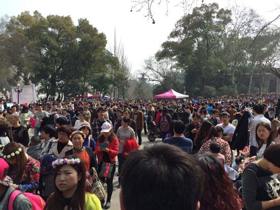"""常年大量游客进入大学校园对外开放遇""""花季难题"""""""