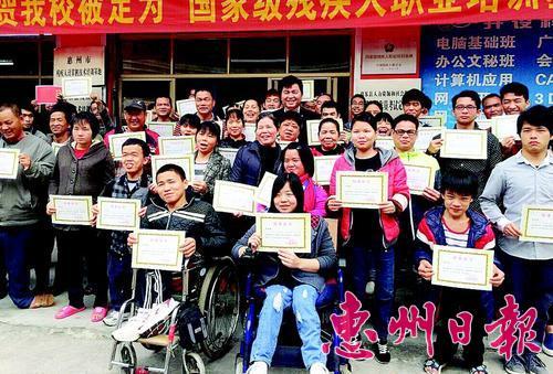 培训结束了,我们领到了结业证书。 本报记者马海菊 摄