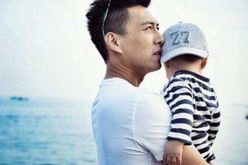 老公是最近凭借《伪装者》人气急升的男演员靳东,两人因戏生情,