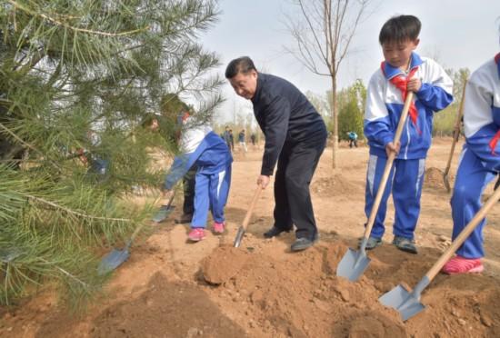 4月5日,党和国家领导人习近平、李克强、张德江、俞正声、刘云山、王岐山、张高丽等来到北京市大兴区西红门镇参加首都义务植树活动。这是习近平同大家一起植树。新华社记者 李涛 摄