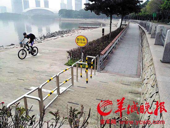 公園目前設置了回形樁和道閘,阻止自行車進入觀光道