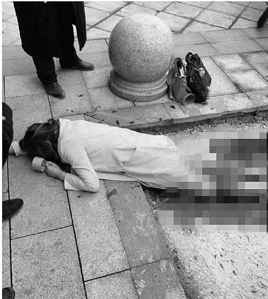 年轻女子商场门口被捅10刀 男子行凶后逃走(图)