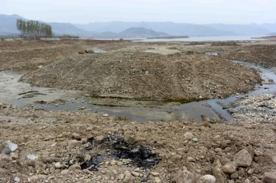 這是在山東省濟南市重要水源地臥虎山水庫拍攝的裸露的河床(4月6日攝)。新華社記者朱崢攝