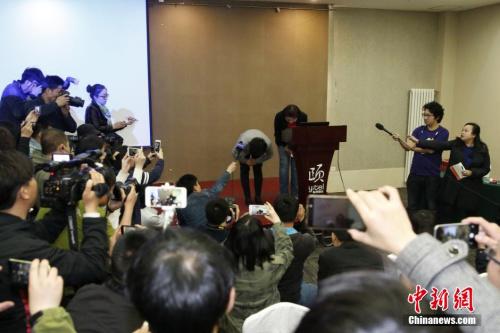 6日,北京和颐酒店高层鞠躬致歉。 <a target='_blank'  data-cke-saved-href='http://www.chinanews.com/' href='http://www.chinanews.com/'><p  align=
