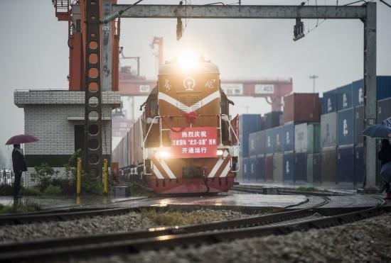 4月6日,开往法国里昂的货运班列从武汉吴家山铁路中心站驶出。   新华社记者肖艺九摄