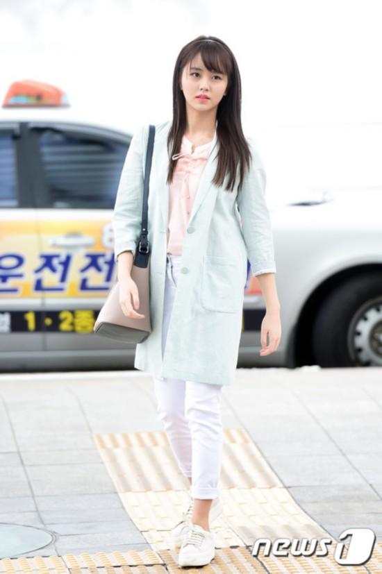 金所炫粉嫩少女风现身机场 飞台湾举办首场粉丝见面会【组图】