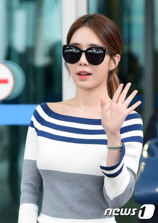 韩星刘仁娜现身机场 秀玲珑有致身材【组图】
