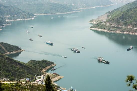 4月7日,船舶行驶在三峡库区湖北省秭归县郭家坝水域,库区水位下降后的消落带清晰可见。  新华社发(郑家裕 摄)