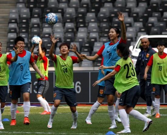 中国女足8日晚对阵哥斯达黎加女足 赛前训练气氛轻松