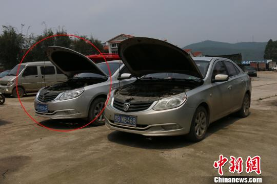 左侧车辆为肇事的套牌车辆 李宗亮 摄