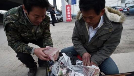 广州民工捡230万现金 外籍旅客跪地感谢