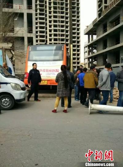 西宁一男子偷开公交车撞伤路人后逃逸被抓(图)