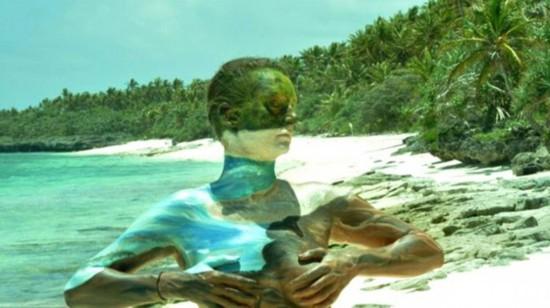 法化妆师人体伪装彩绘使模特与背景浑然一体