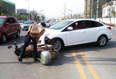 扬州女司机压双黄线掉头撞摩托 男骑手飞出