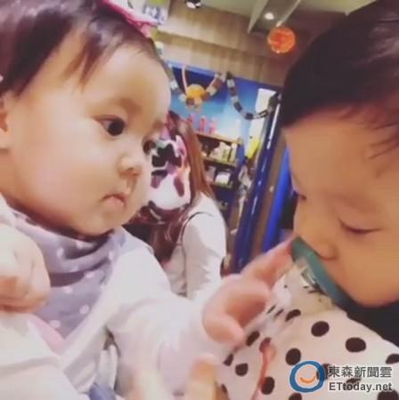贾静雯女儿初见范玮琪儿子主动摸脸颊画面超疗愈